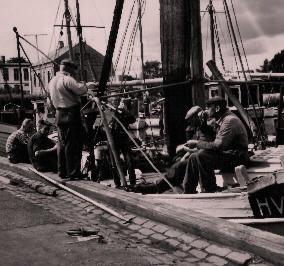 Die Fischerfamilie Lund bei einer Kaffeepause an Bord